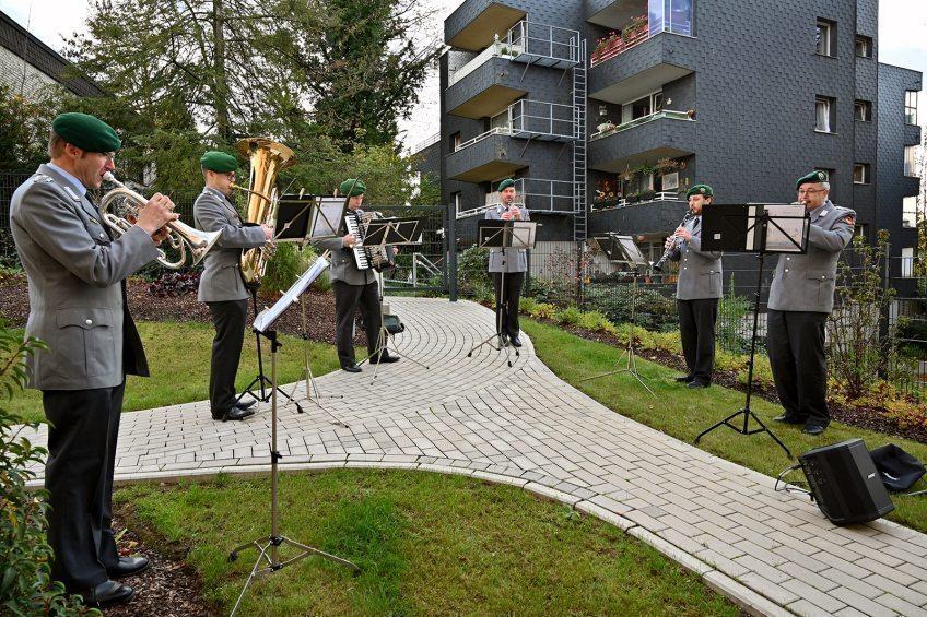Bundeswehrmusiker musizierten im Garten Eine kleine Abordnung des Musikkorps der Bundeswehr spielte für die Bewohner der Evangelischen Altenpflege Bergisch Gladbach.
