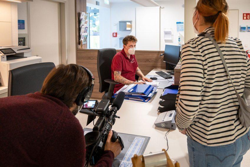 Ein-Kamerateam-des-Bayerischen-Rundfunks-hat-Mirko-Engeln-vom-Hospiz-am-EVK-Bergisch-Gladbach-einen-Tag-begleitet-Beitrag-l%C3%A4uft-am-15--Januar-auch-in-der-ARD--