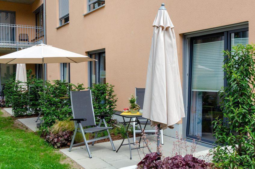 Für ein Stück Lebensgefühl  Der gemeinnützige Verein Hits fürs Hospiz hat das Hospiz am EVK bei der Anschaffung von Gartenmöbeln mit 3.000 Euro unterstützt.