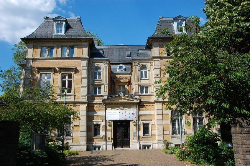 Fronleichnam am 3. Juni fällt mit dem 1. Donnerstag im Monat zusammen, daher gilt für diesen Tag freier Eintritt für Bürgerinnen und Bürger aus Bergisch Gladbach in Villa Zanders.
