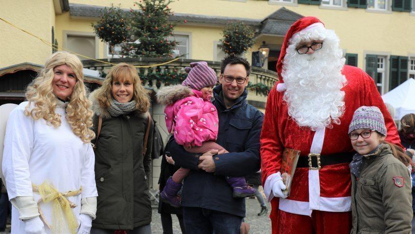 Weihnachtsmarkt-auf-Schloss-Eulenbroich-Romantischer-Weihnachtsmarkt-vor-traumhafter-Schlosskulisse-