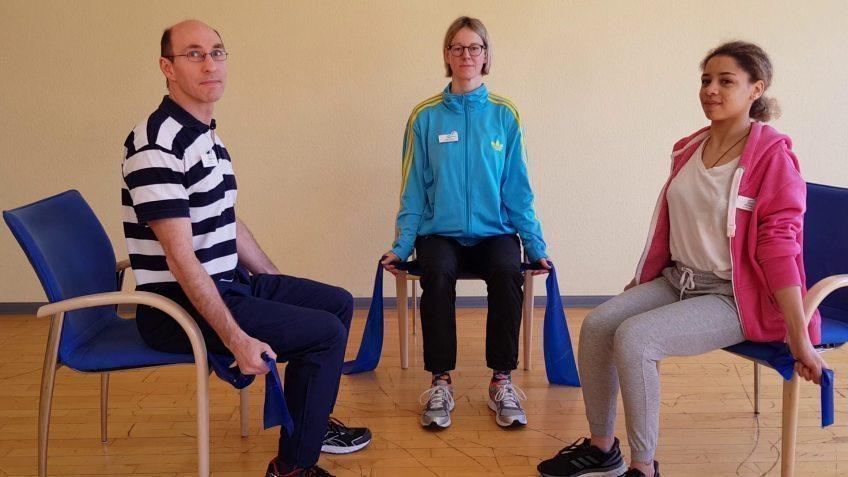 Bewegung im Home-Office Evangelisches Krankenhaus Bergisch Gladbach: Ambulante Rehabilitation zeigt fünf einfache Theraband-Übungen für jedermann